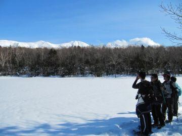 雪原となった湖面越しにのぞむ知床連山